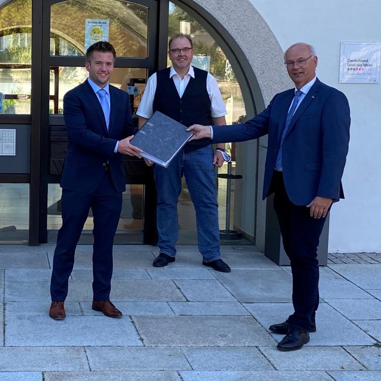 Klaus Kapp bei der Übergabe der gesammelten Unterschriften für die Einberufung einer Ortsteilversammlung
